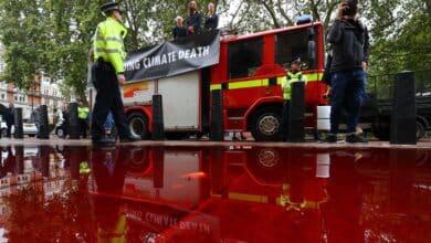 Una 'manguera rebelde' genera un absurdo caos en una protesta climática en Londres