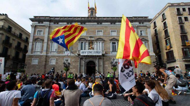 Estudiantes este jueves en la plaza de Sant Jaume.