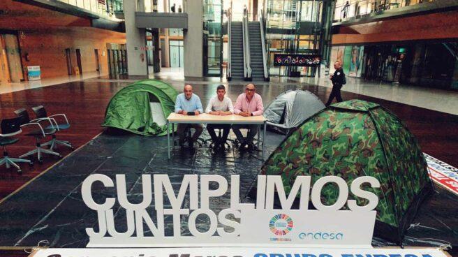 Líderes sindicales encerrados en la sede de Endesa.