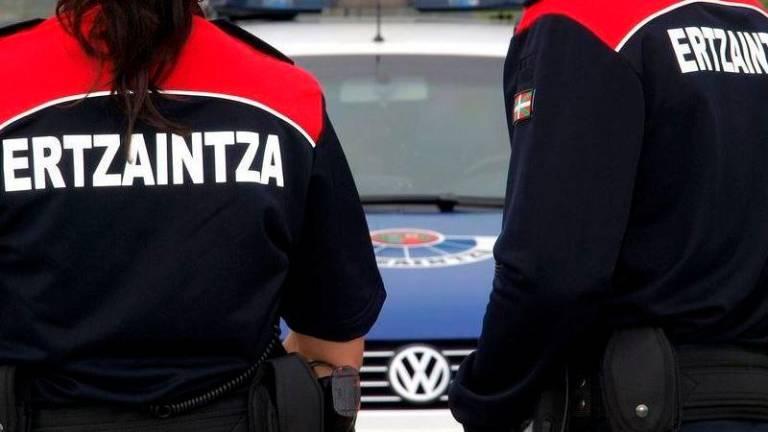 Agentes de la Ertzaintza durante un control de tráfico.