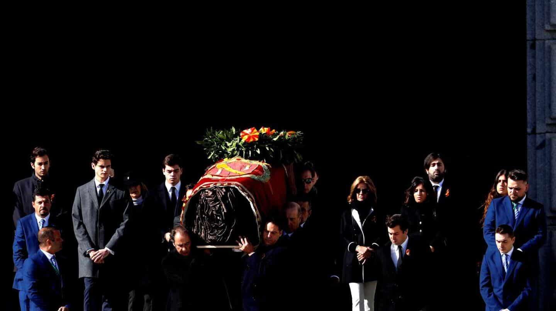 El ataúd con los restos de Franco, abandonando la basílica del Valle de los Caídos el pasado 24 de octubre.