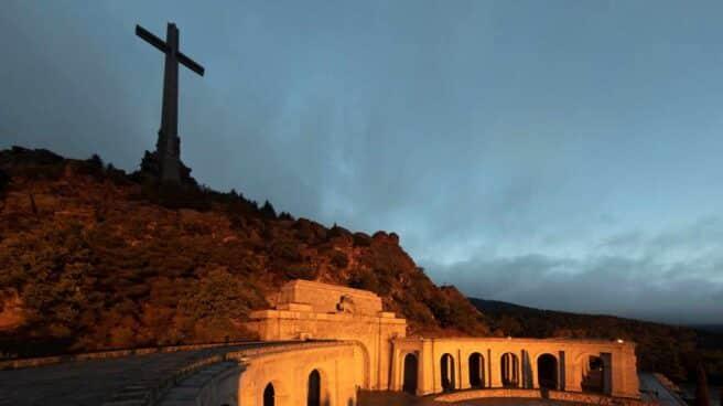 Vista general del conjunto monumental del Valle de los Caídos, coronado por una cruz de grandes dimensiones.