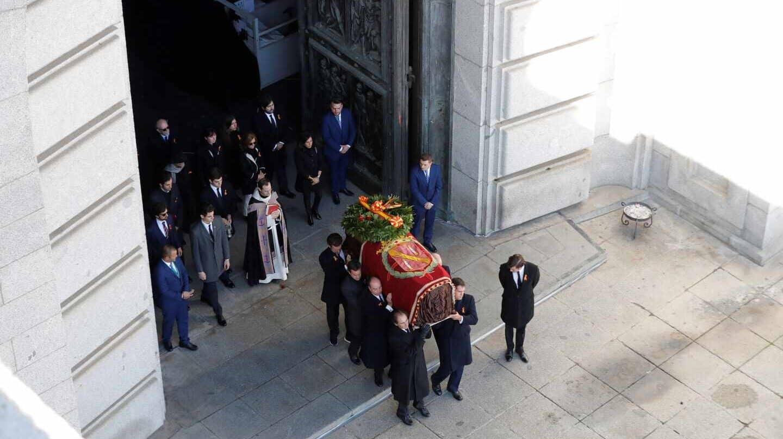 12.53 horas: una foto para la historia. El féretro de Franco, corona y cinco rosas rojas, sale de la basílica del Valle de los Caídos.
