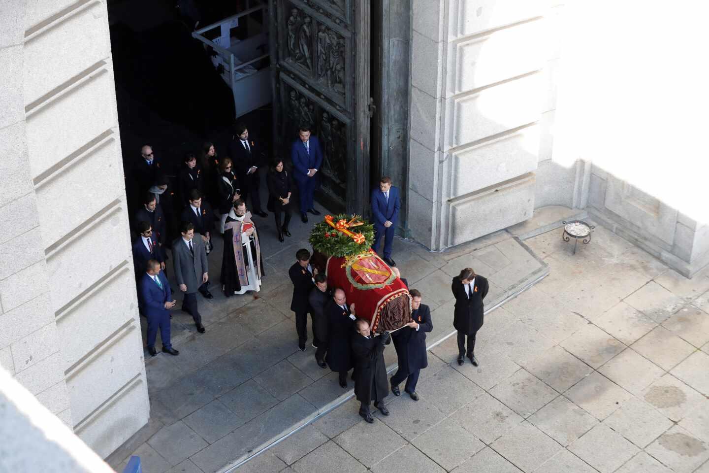 El féretro con los restos de Franco sale de la basílica del Valle de los Caídos el 24 de octubre de 2019.