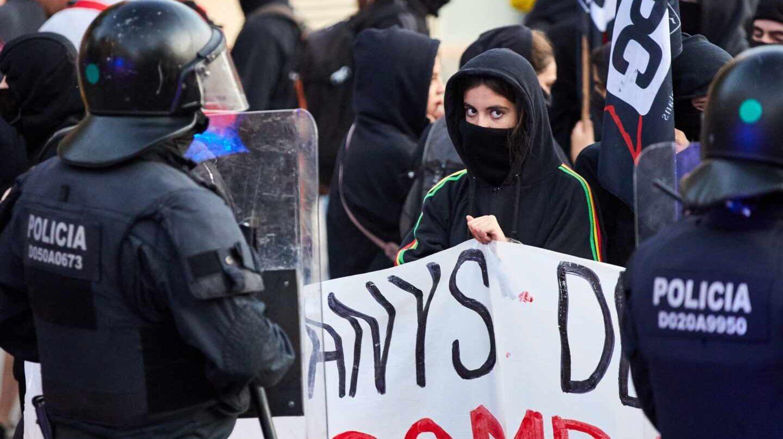 Cordón de los Mossos d'Esquadra este martes ante el cuartel de la Guardia Civil por la protesta de independentistas.