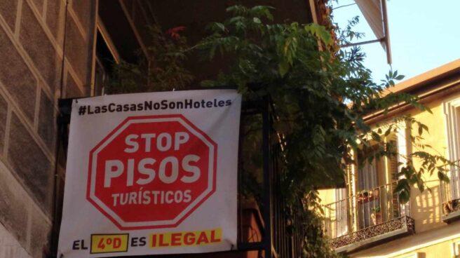 Cartel contra los pisos turísticos en Madrid.