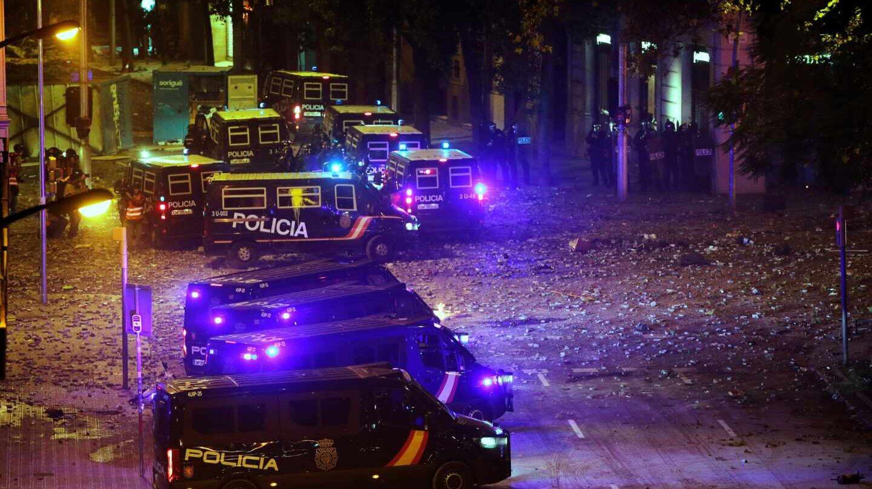 """Dentro de un furgón policial en Barcelona: """"Bajamos y pelotazos"""""""