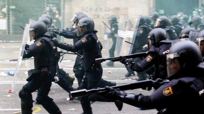 Policías nacionales, durante los disturbios registrados en Barcelona tras conocerse la sentencia del 'procés'.