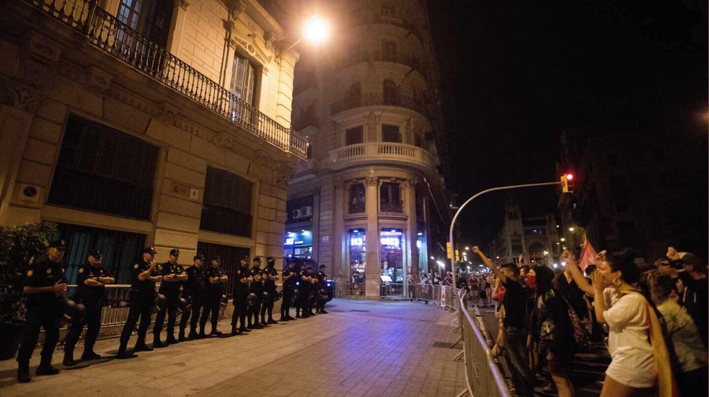 Manifestantes ante la Jefatura Superior de Policía de Cataluña, en Barcelona, tras la concentración secundada este martes con motivo del segundo aniversario del 1-O.