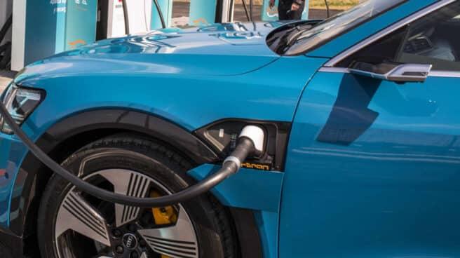 Un vehículo eléctrico utilizando la recarga ultrarrápida de Repsol.