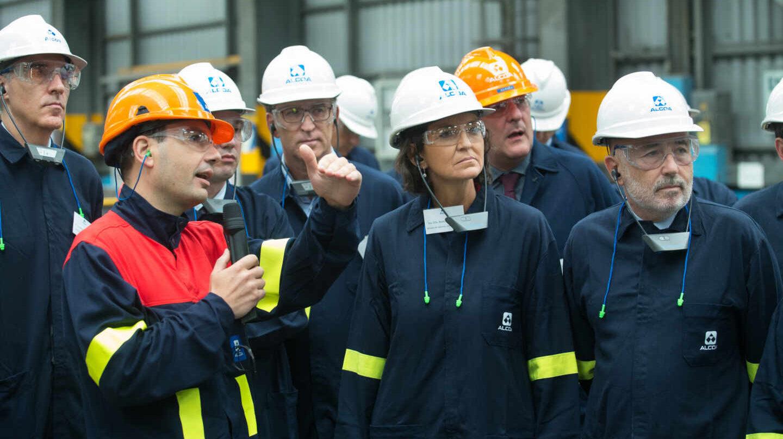 La ministra de Industria, Reyes Maroto, y el presidente de la Xunta de Galicia, Alberto Núñez Feijoó, en la planta de Alcoa en Lugo.