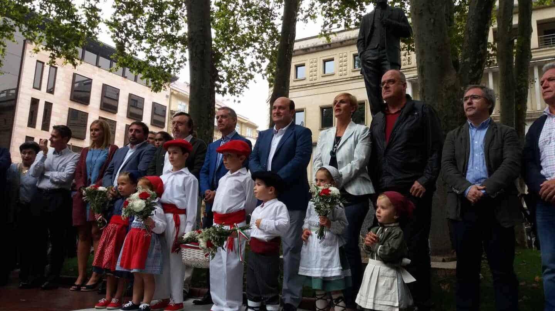 Ofrenda floral a Sabino Arana ante la escultura instalada cerca de la sede del PNV donde estaba su casa natal.