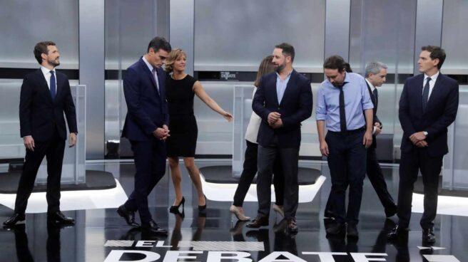Los candidatos y presentadores en el plato del debate de la Academia de TV