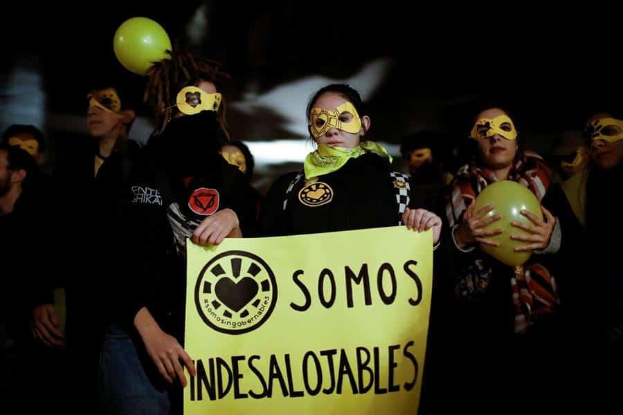 Manifestantes contra el desalojo de La Ingobernable cortan el tráfico en la Gran Vía de Madrid