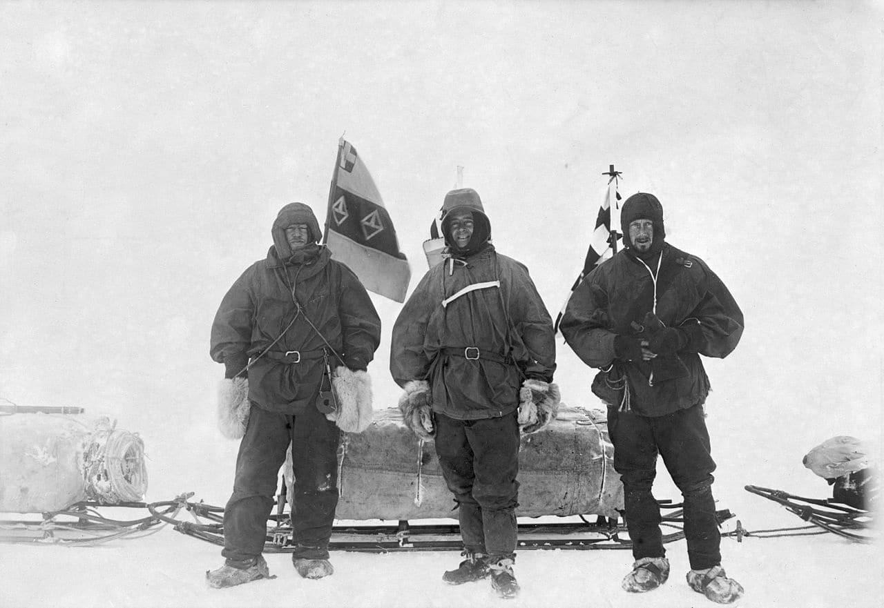 Ernest Shackleton (izquierda) junto a Robert Falcon Scott (centro) y Edward Wilson en la Antártida en noviembre de 1902
