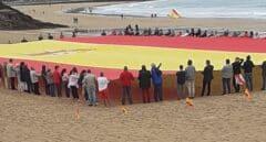 """La bandera """"más grande"""" de España, en una playa de Santander"""