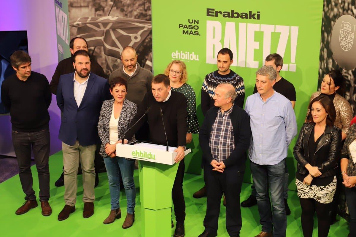 Arnaldo Otegi compaerce en la noche electoral junto a los candidatos electos de EH Bildu.