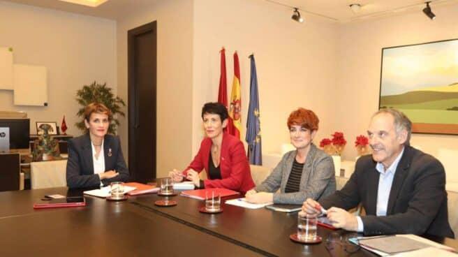María Chivite junto a la consejera de Hacienda, Elma Saiz, y la portavoz parlamentaria de Bildu, Bakartxo Ruiz.