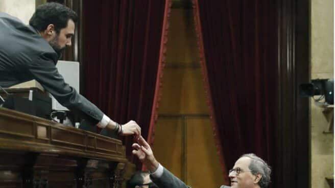 El president del Parlament, Roger Torrent, saluda al presidente del Govern, Quim Torra.