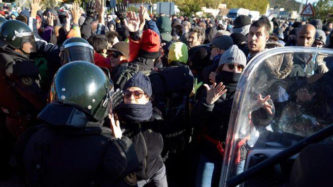 Agentes de los GRS de la Guardia Civil, este martes en el paso fronterizo de La Jonquera (Girona).