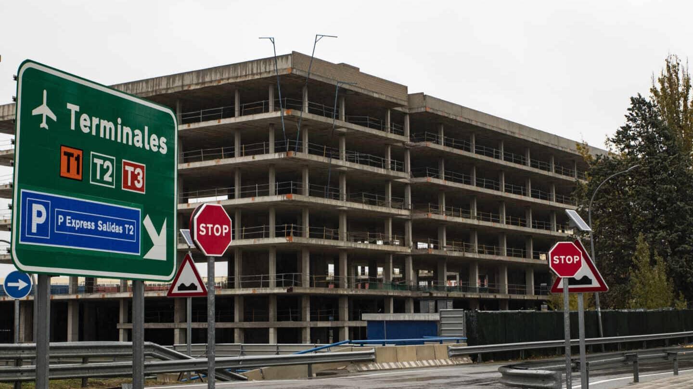 El edificio abandonado en la entrada de la T2 de Madrid-Barajas