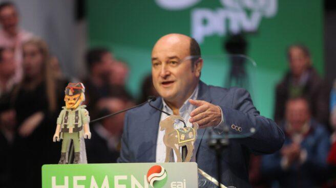 Andoni Ortuzar, presidente del PNV, junt a las reproduciones del 'ilegalizador de Playmovil', en referencia a Santiago Abascal, que ha mostrado.