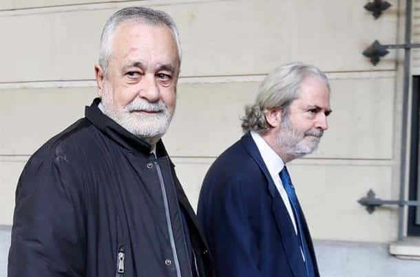 José Antonio Griñán, acudiendo a recoger la sentencia del 'caso ERE' este martes junto a su abogado.