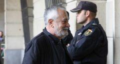 El ex presidente andaluz José Antonio Griñán, llegando este martes a la Audiencia de Sevilla para recoger la sentencia.