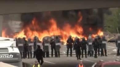 Los radicales colapsan la AP-7 con barricadas de fuego