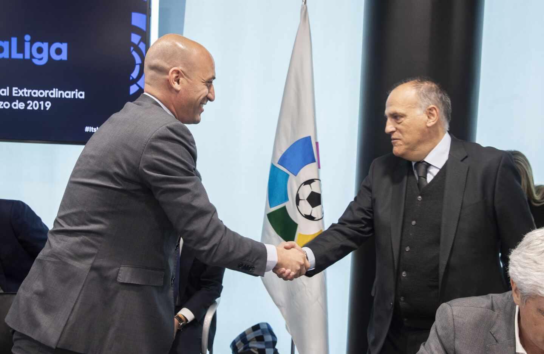 El presidente de la Real Federación Española de Fútbol (RFEF), Luis Rubiales, saluda al máximo responsable de LaLiga, Javier Tebas.