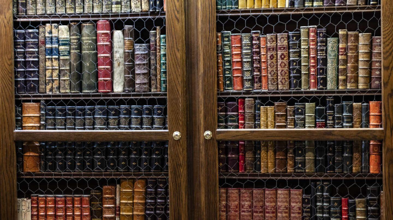Estantería de la librería Miguel Miranda en Madrid