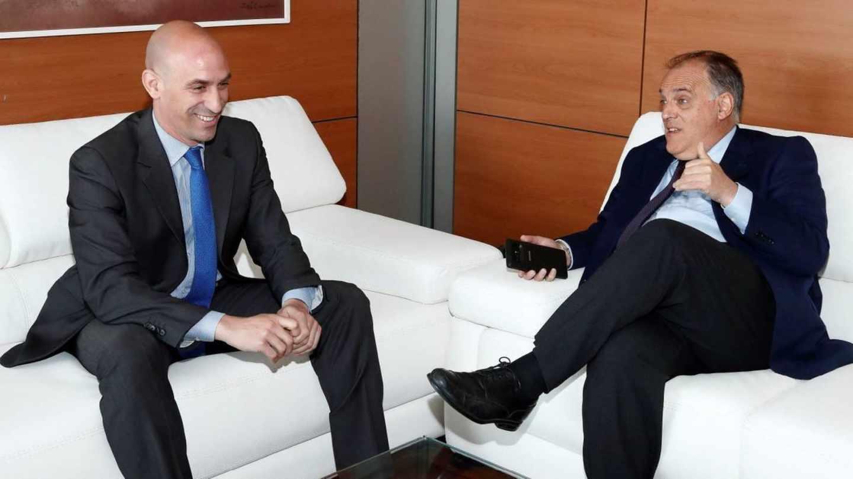 El presidente de la RFEF, Luis Rubiales, y el máximo responsable de LaLiga, Javier Tebas.