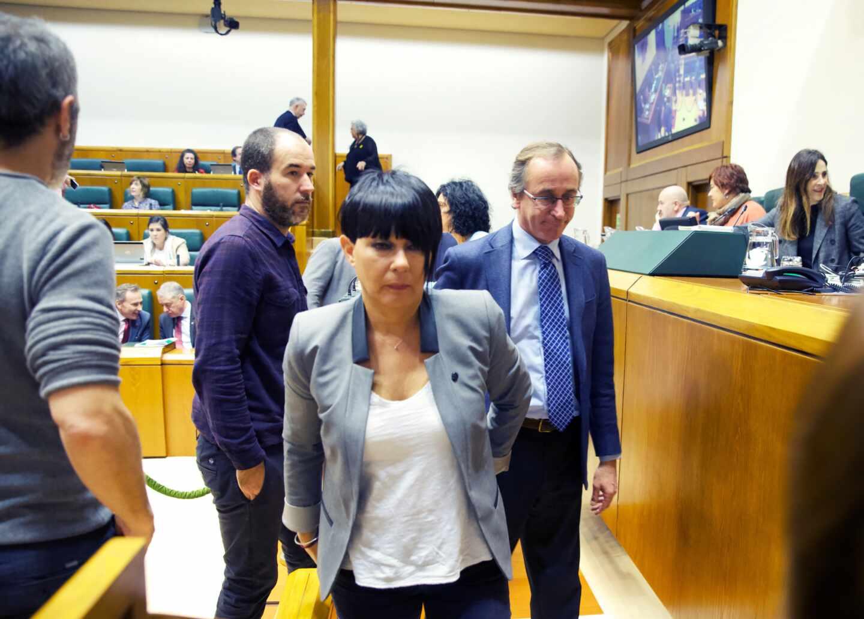 La portavoz de EH Bildu, Maddalen Iriarte, abandona el salon de plenos del Parlamento Vasco junto al líder del PP, Alfonso Alonso.