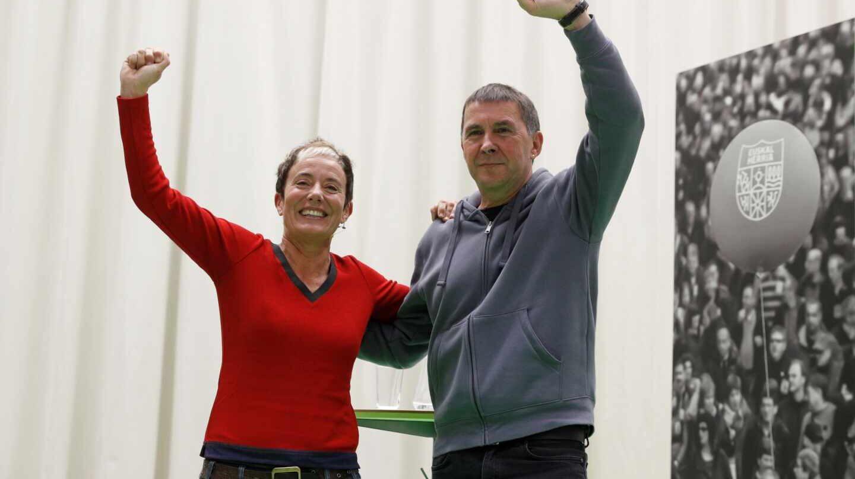La diputada electa de EH Bildu, Bel Pozueta, junto al líder de la coalición, Arnaldo Otegi.