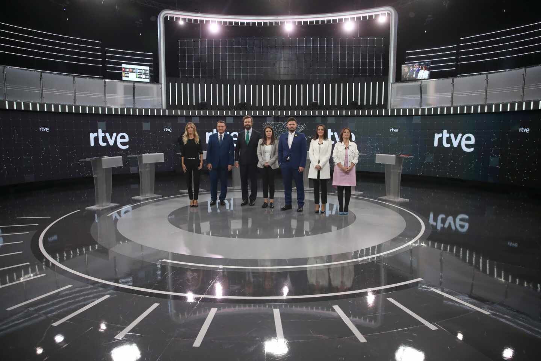 Los portavoces de los siete principales partidos posan antes del debate de este viernes en RTVE