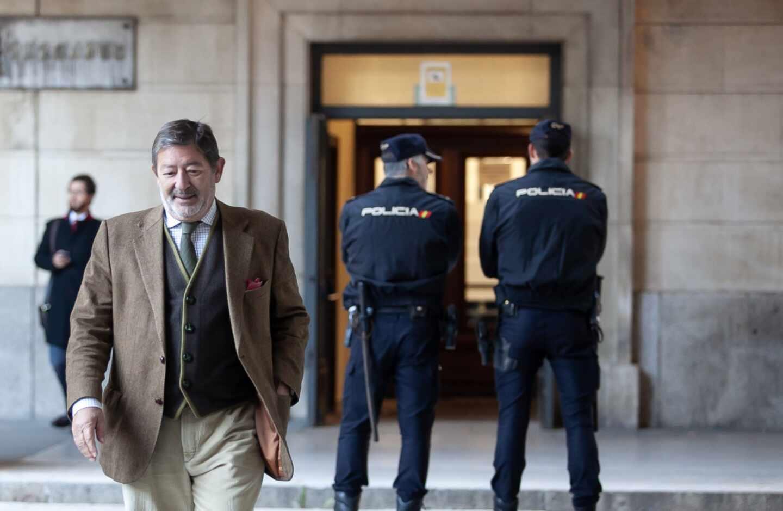 Javier Guerrero, ex director general de Trabajo de la Junta de Andalucía, saliendo de los juzgados de Sevilla.