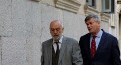 El magistrado Miguel Florit (izquierda), dirigiéndose a declarar.