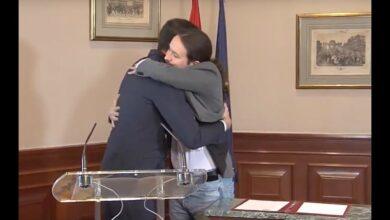 """Vídeo: el """"oooooh"""" de la prensa tras el abrazo entre Sánchez e Iglesias"""