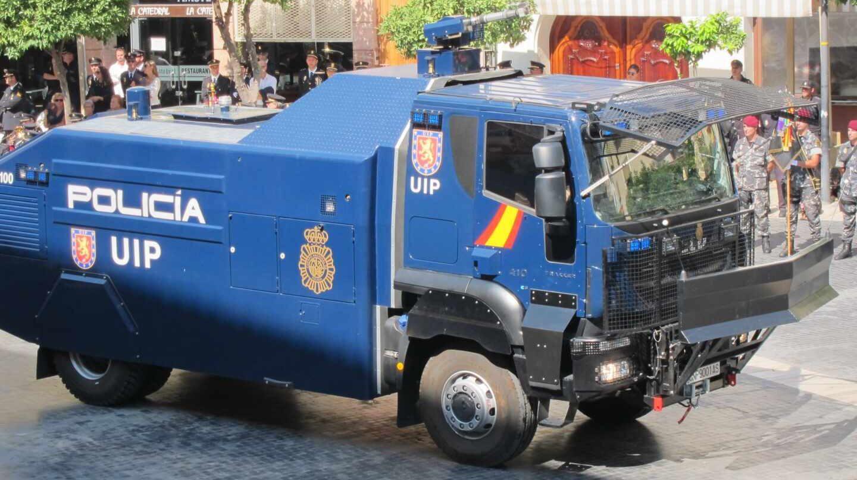 El camión 'lanza-agua' de la Policía Nacional, en una exhibición.