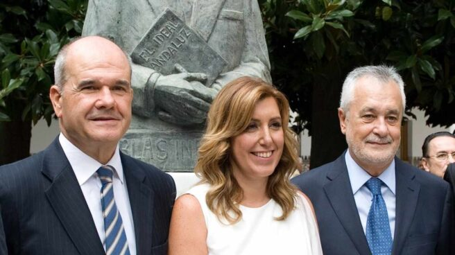 Susana Díaz, flanqueada por Manuel Chaves y José Antonio Griñán en el Parlamento andaluz.