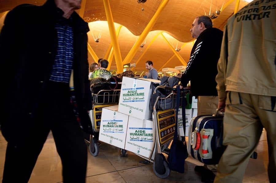 Voluntarios transportan este viernes mercancía para los refugiados de Tinduf (Argelia) en el aeropuerto Madrid-Barajas.