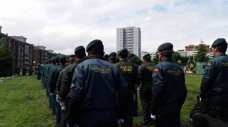 Agentes de la Guardia Civil de la unidad de TEdax desfilan durante un acto en el cuartel de Intxaurrondo.