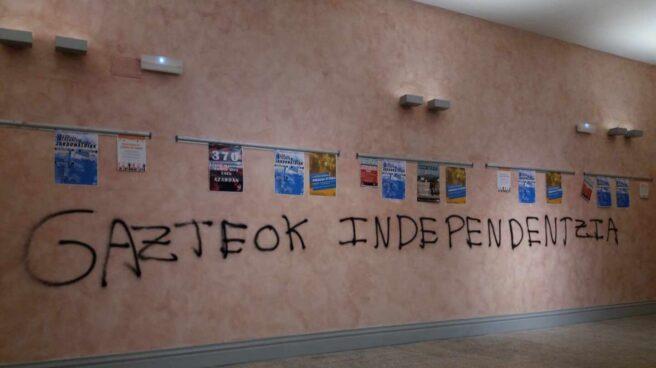 Pintada con el lema, 'Los jóvenes, independencia' en el interior del aulario de la UPV en Álava.
