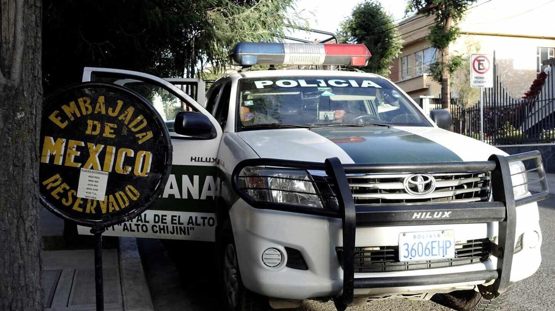 Un vehículo policial ante la embajada mexicana en La Paz (Bolivia) tras el incidente del pasado 27 de diciembre.