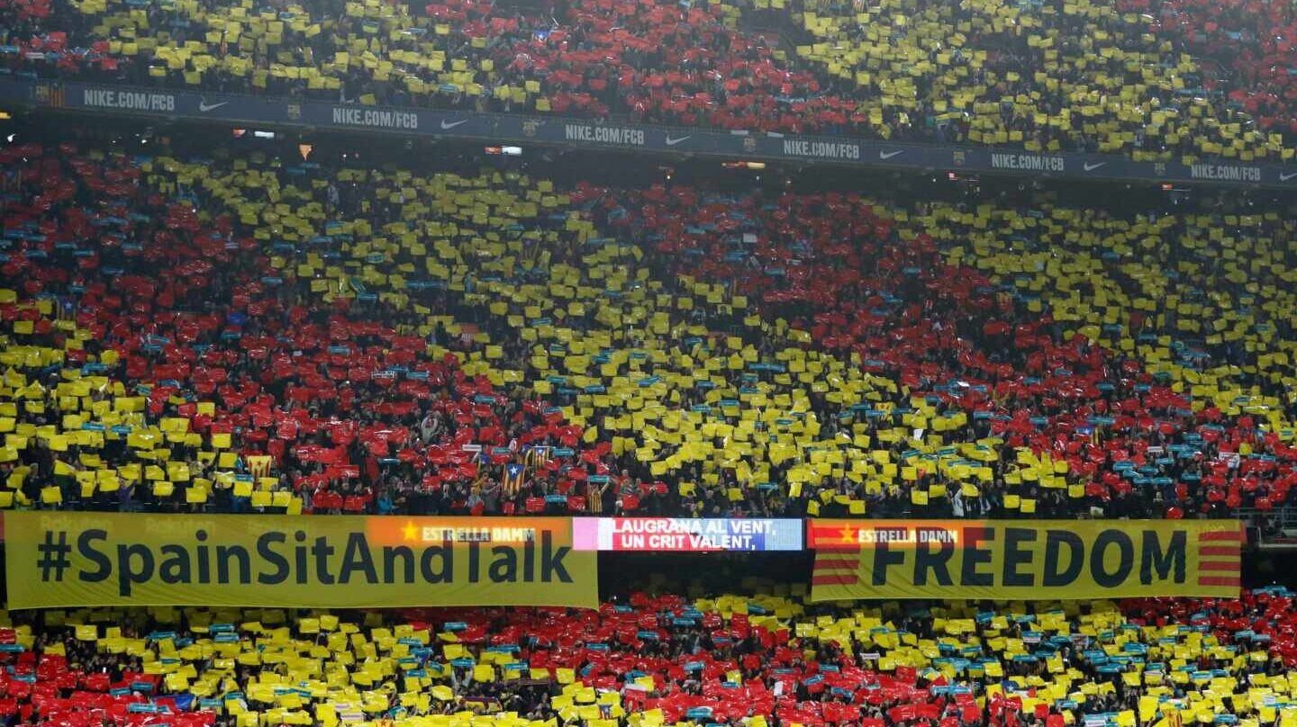 Pancarta de 'Spain, sit and talk' en el Camp Nou.