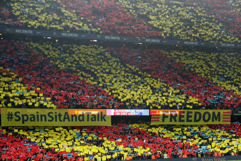 Pancarta de 'Spain, sit and talk' en el Camp Nou.