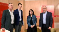 La portavoz socialista en el Congreso, Adriana Lastra, y el diputado Rafael Simancas, durante la reunión que han mantenido este martes con los diputados de Más País y Compromís, Íñigo Errejón, y Joan Baldoví.