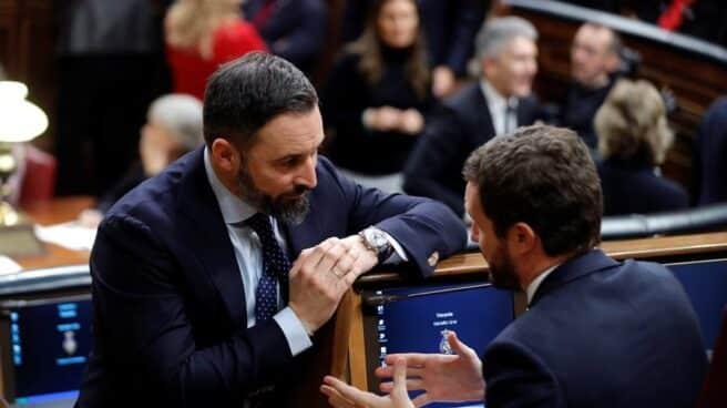 Fotografía de archivo. El líder de Vox, Santiago Abascal, charla con el líder del PP, Pablo Casado.