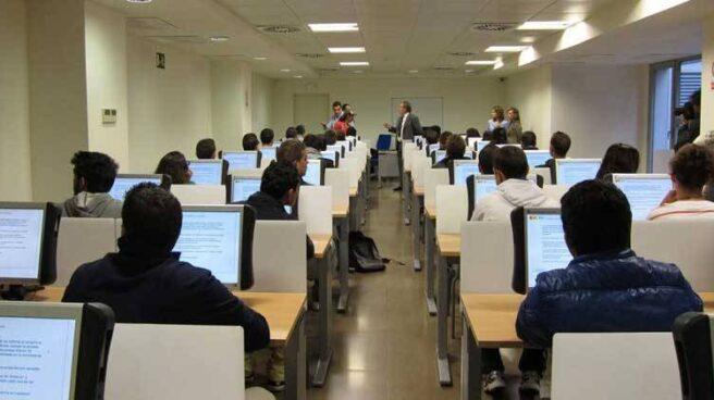 Aula de la DGT llena de gente haciendo un examen teórico