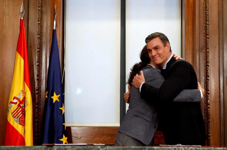 Pedro Sánchez y Pablo Iglesias se abrazan en la firma del acuerdo programático.